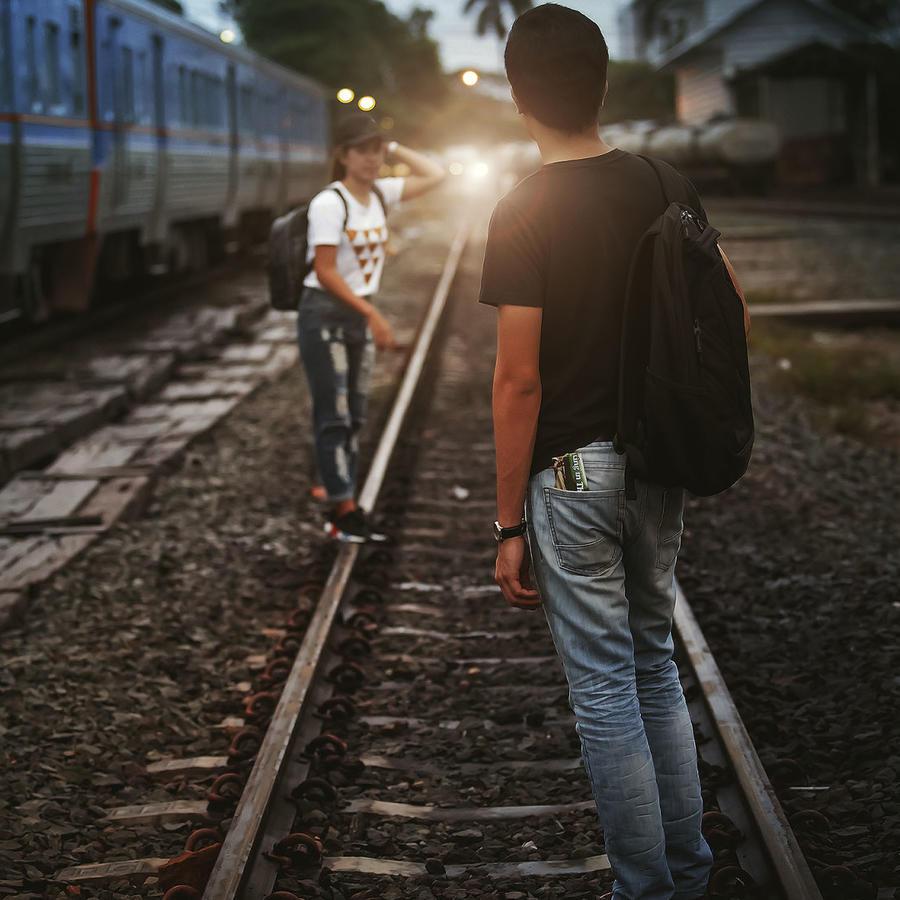 Hombre y mujer en las vías de un tren