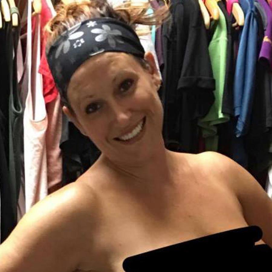 Christine Blackmom posa desnuda en su closet