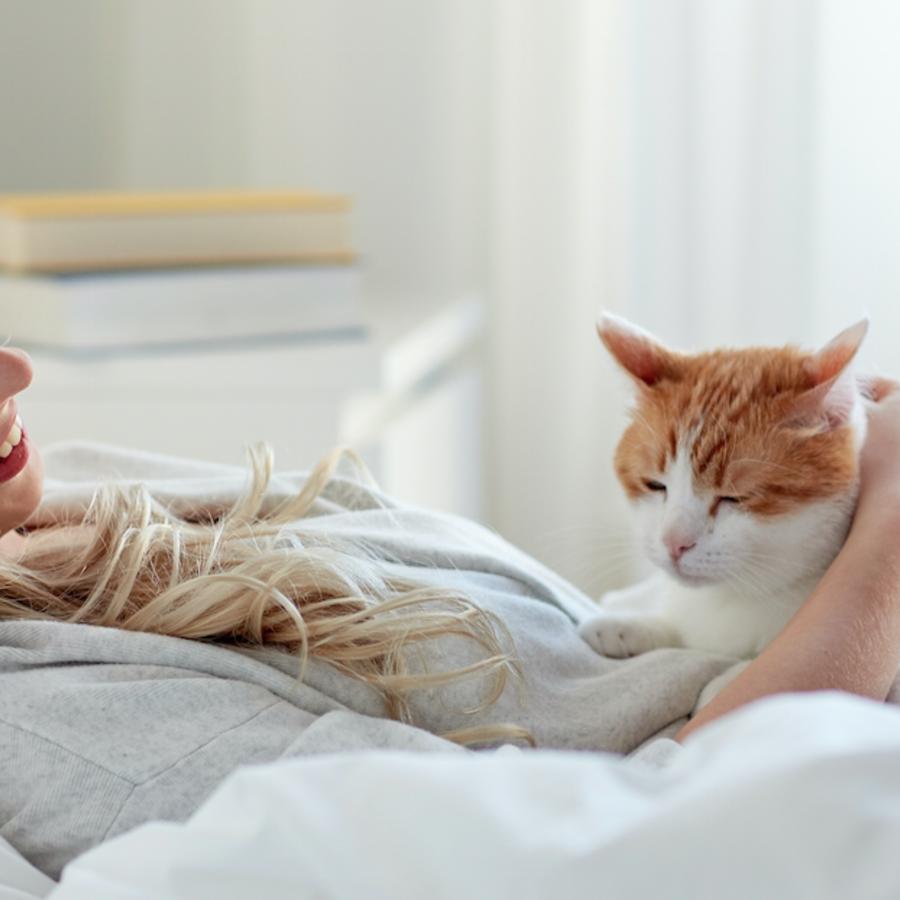 mujer con un gato