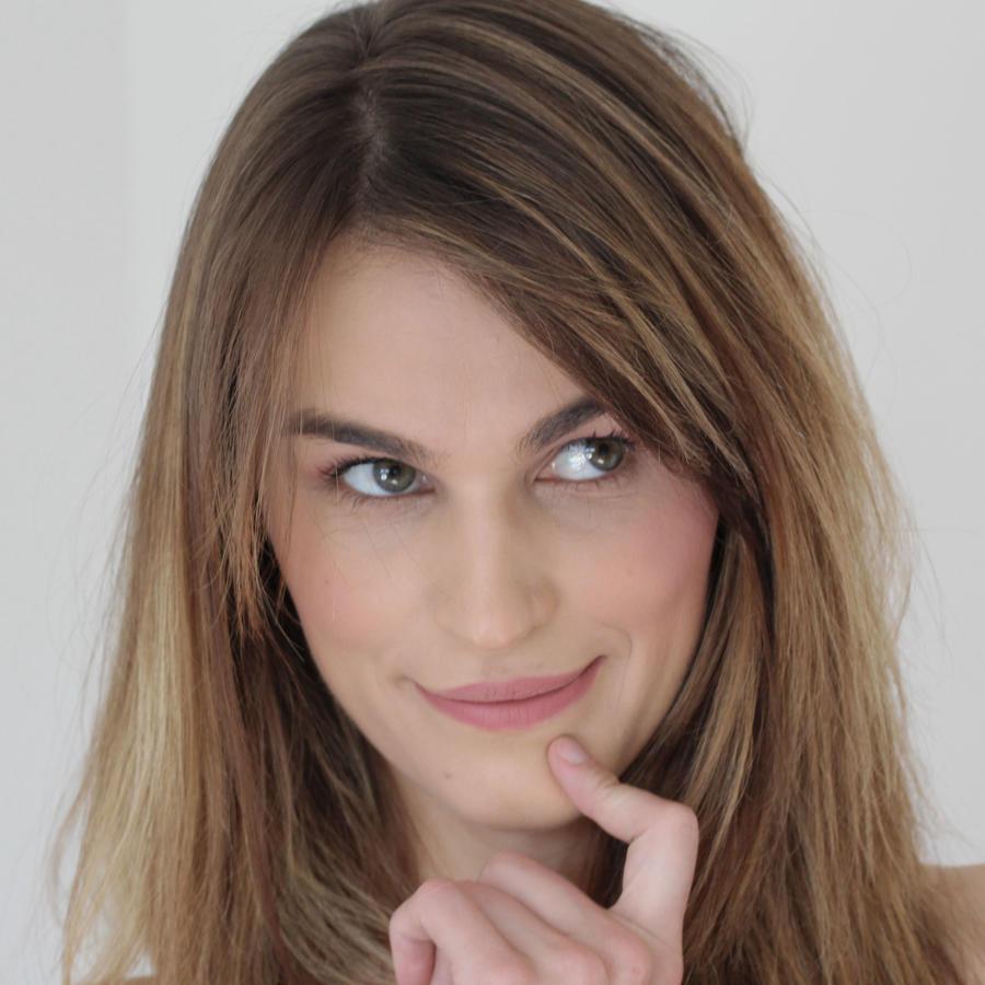 Mujer pensativa con dedo en la barbilla