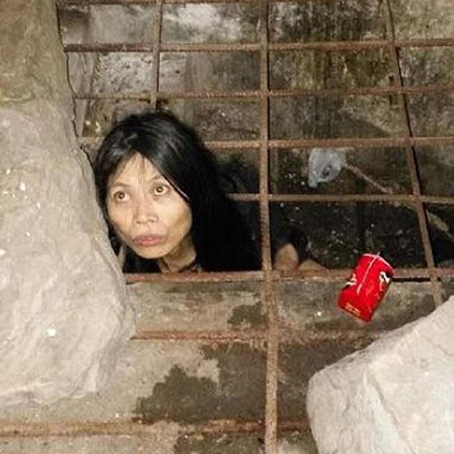 Una mujer con problemas mentales es encerrada en una jaula por su familia
