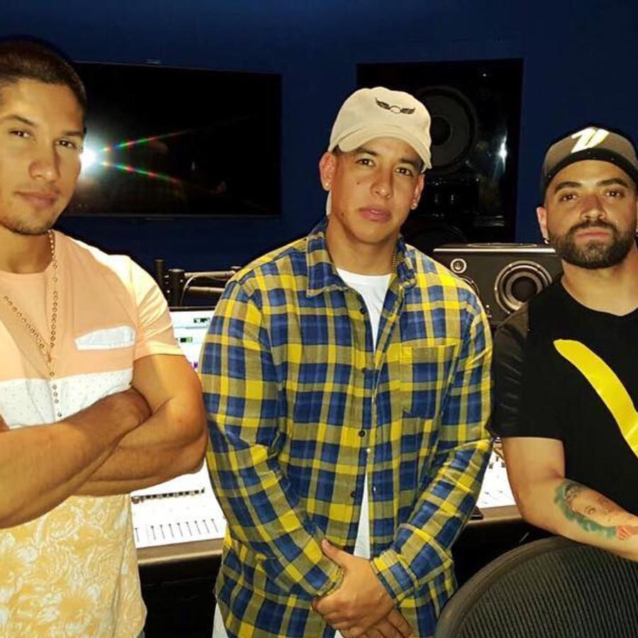 Chino y Nacho con Daddy Yankee en el estudio