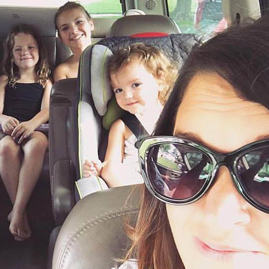 Meghan Oeser con sus hijos en el carro