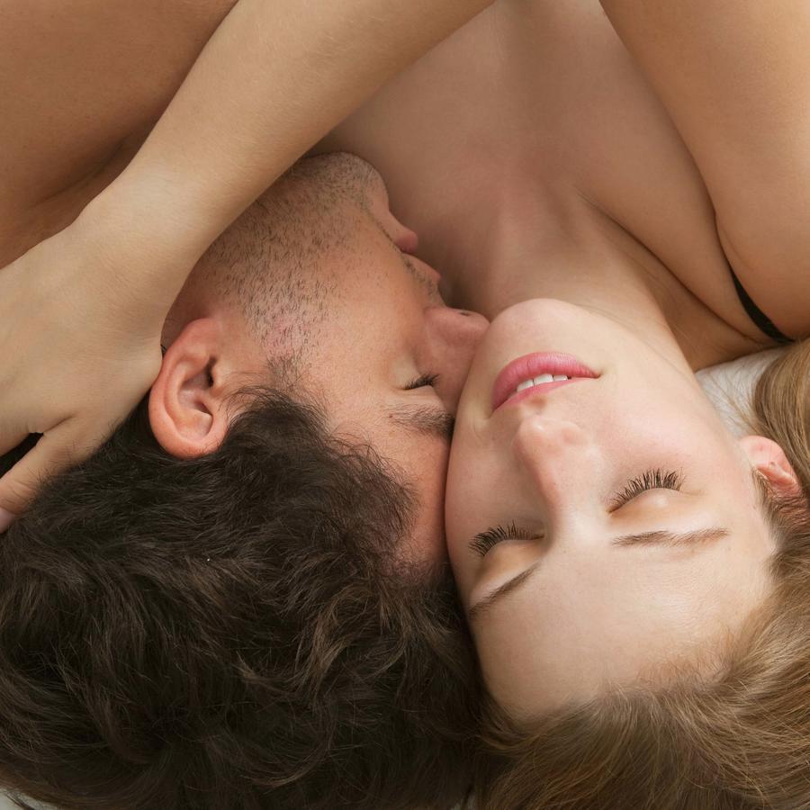 Pareja en cama besandose
