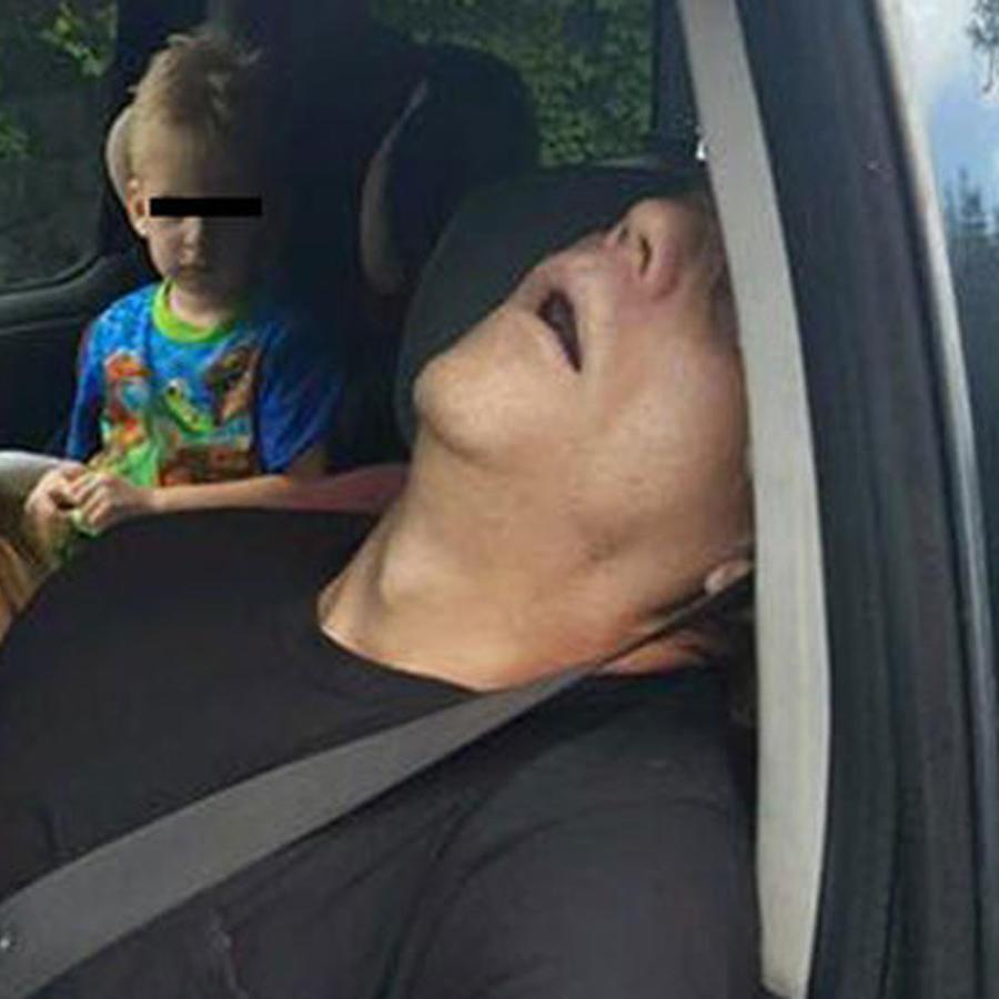 La historia detrás de la foto de unos padres con sobredosis de heroína y su hijo de cuatro años