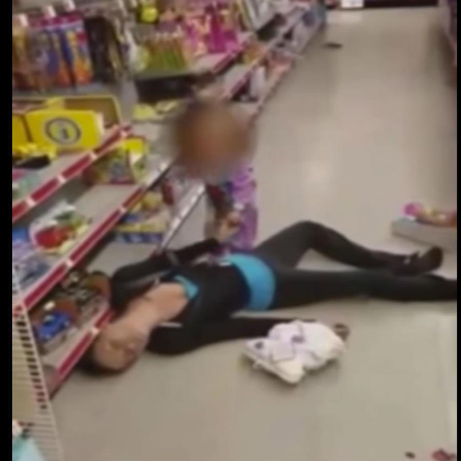 Niña de 2 años intenta reanimar a su madre que sufrió sobredosis de heroína
