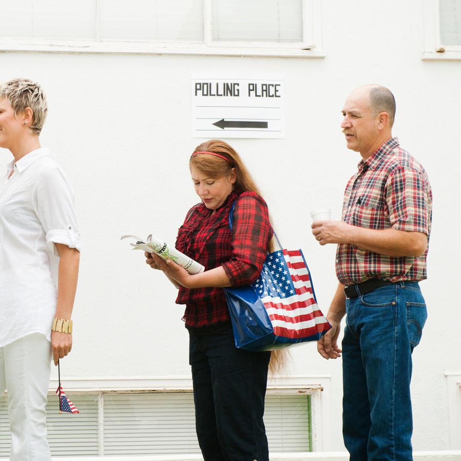 Personas en fila para votar