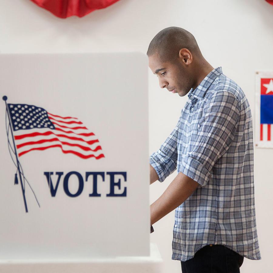 Hombre latino votando en Estados Unidos