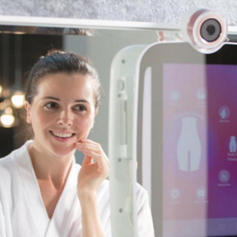 Mujer frente a espejo inteligente