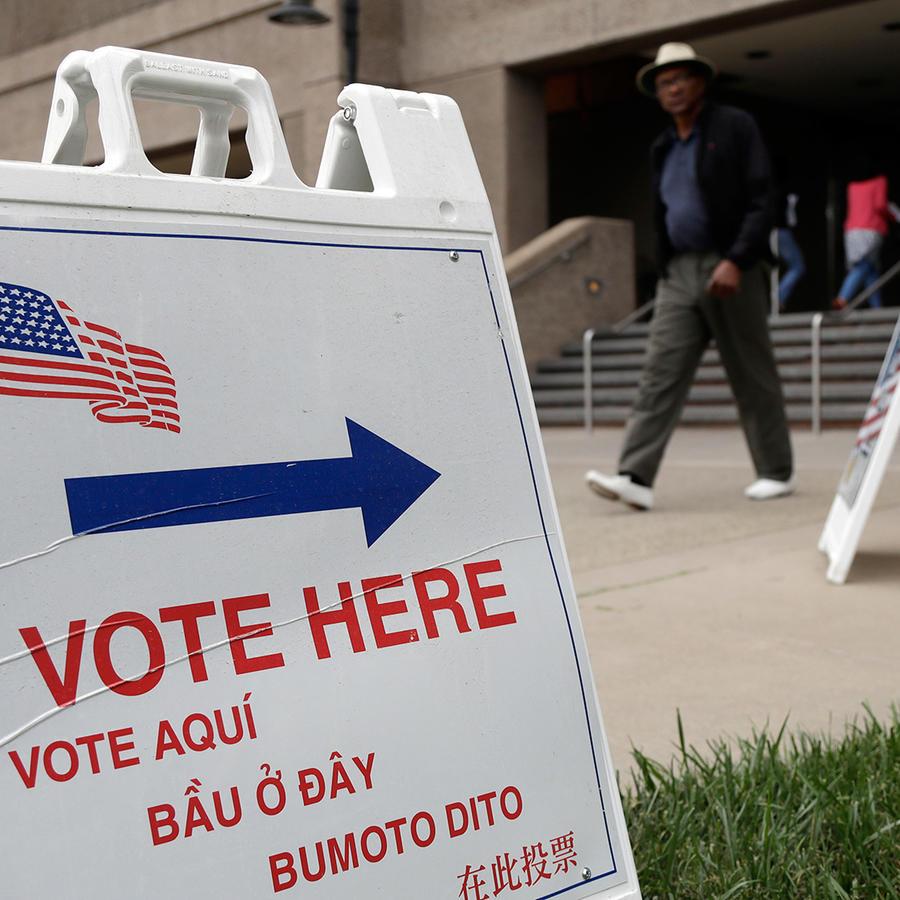 Un cartel en varios idiomas da indicaciones acerca de dónde inscribirse para votar en San José, California, el 24 de octubre del 2016.