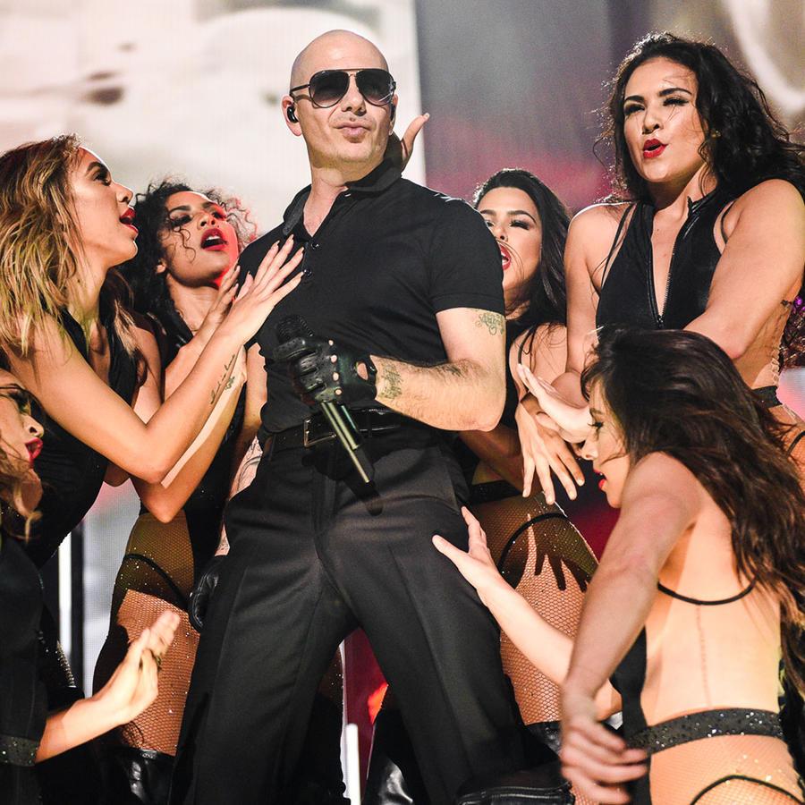 Pitbull con sus bailarinas en iHeartRadio Fiesta Latina 2016