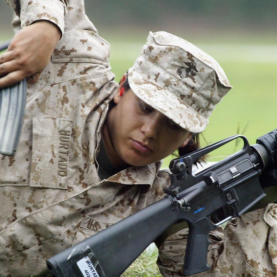 Laura Hurtado entrena en junio del 2004 para convertirse en infante de marina