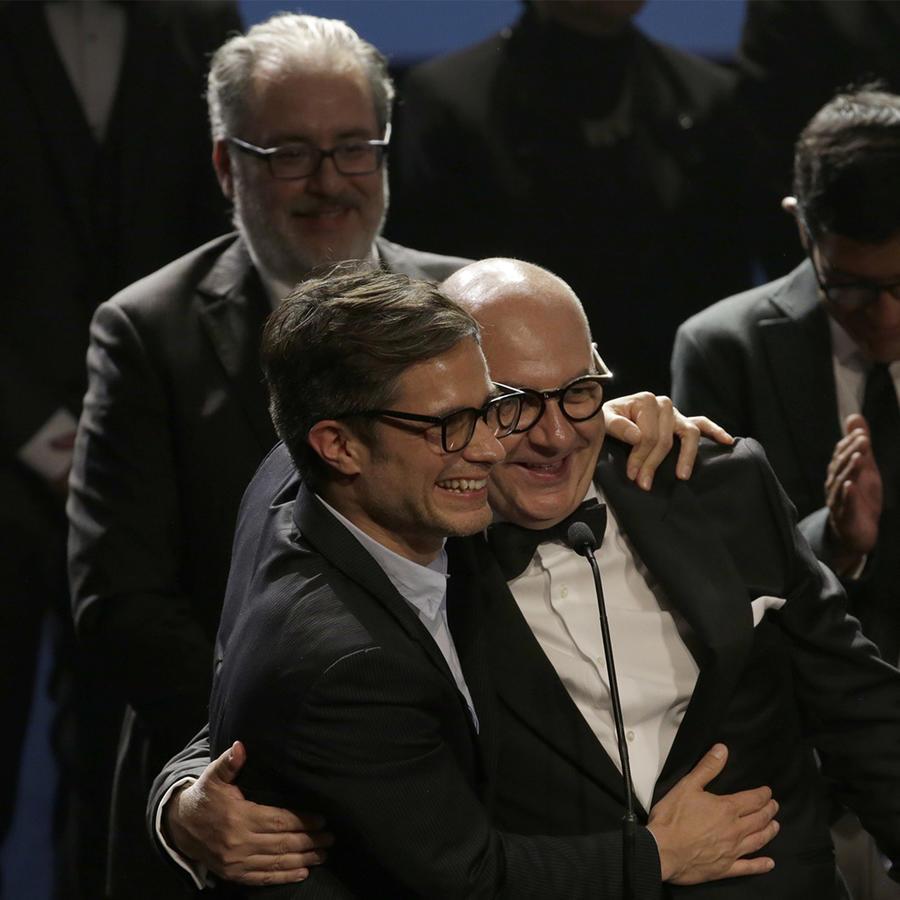 """l actor chileno Luis Gnecco, derecha, y el actor mexicano Gael García reciben el premio al mejor largometraje de ficción a nombre del director chileno Pablo Larraín por """"Neruda"""" en los Premios Fénix."""