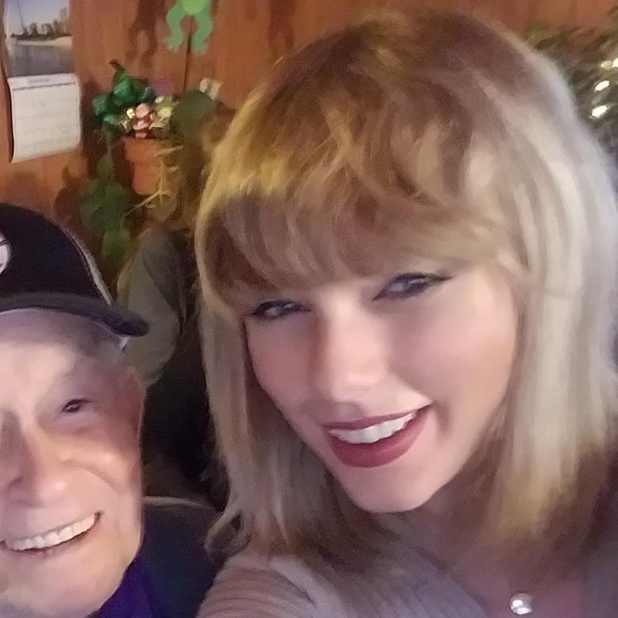 Taylor Swift sorprende a un veterano de 96 años y a su familia en Navidad