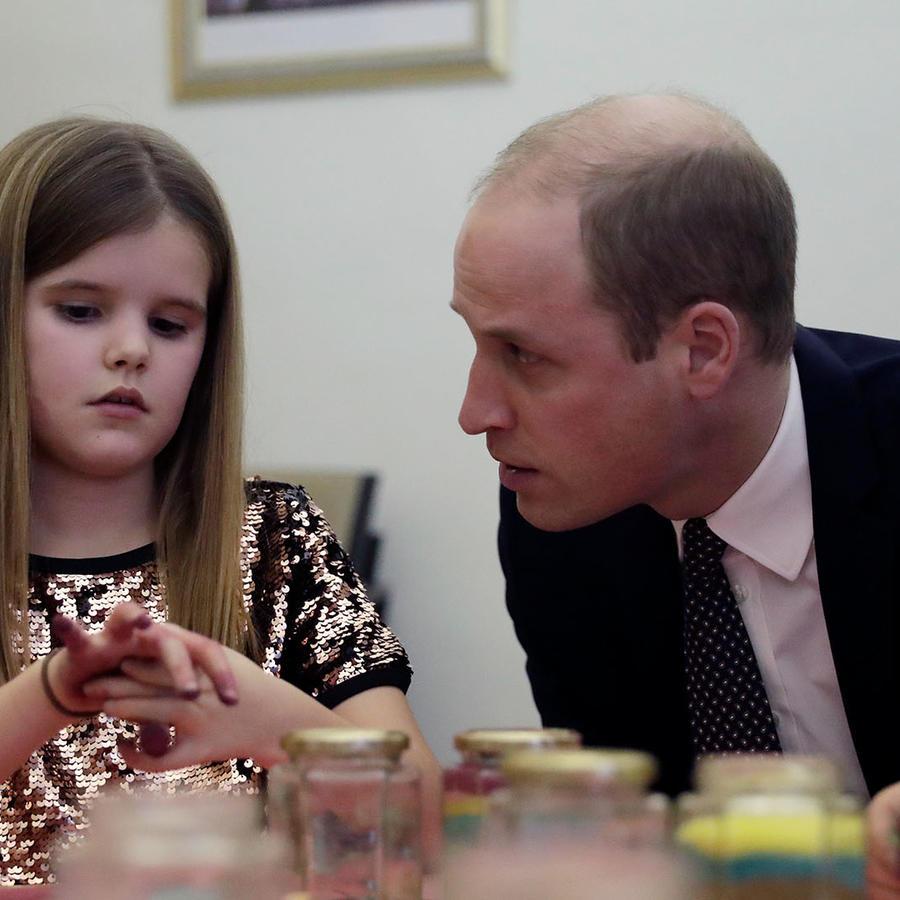 El Príncipe William consuela a una niña huérfana