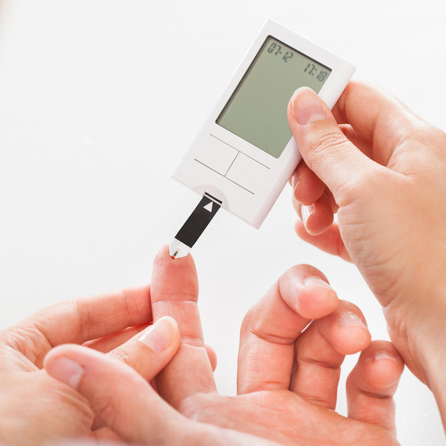Médico testea glucosa