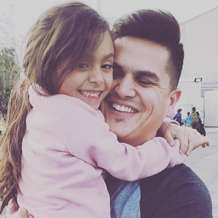 Régulo Caro abrazando a su hija Elizabeth