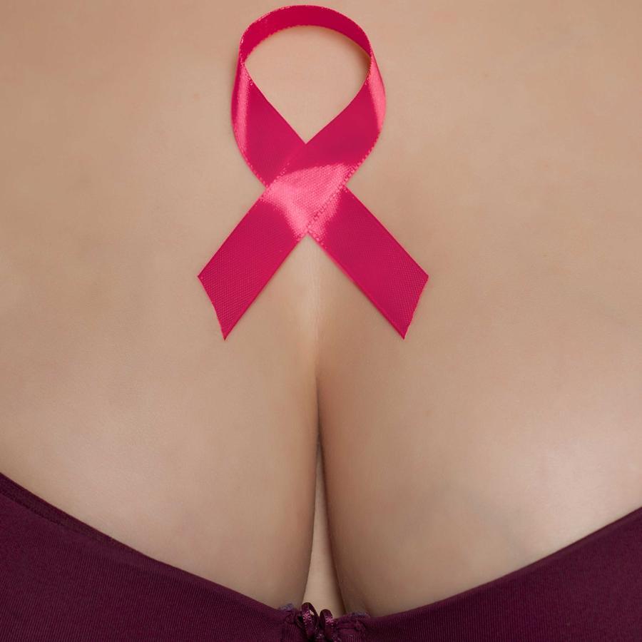 Mujer en ropa interior con cinta rosada