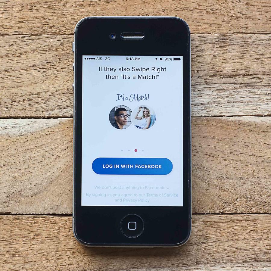 Pantalla de celular con app de Tinder