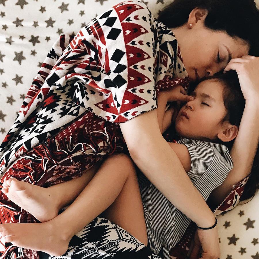 Mamá e hija durmiendo abrazadas