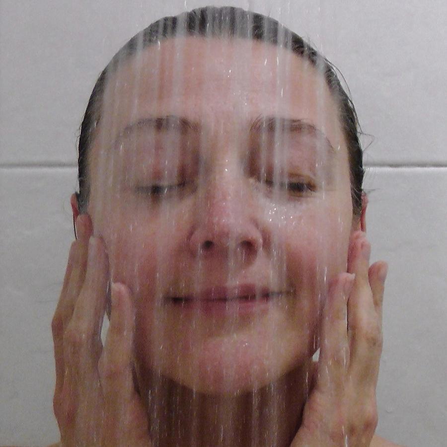 Mujer tomando una ducha