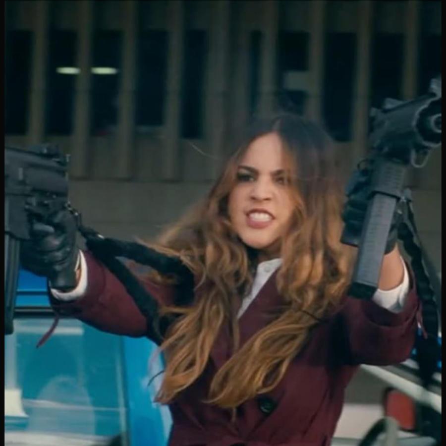 Eiza González con metralletas