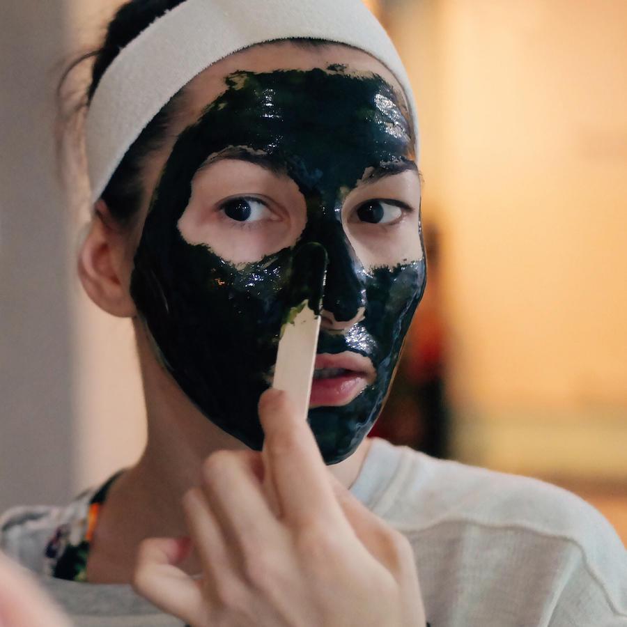 Mujer usando una mascarilla negra