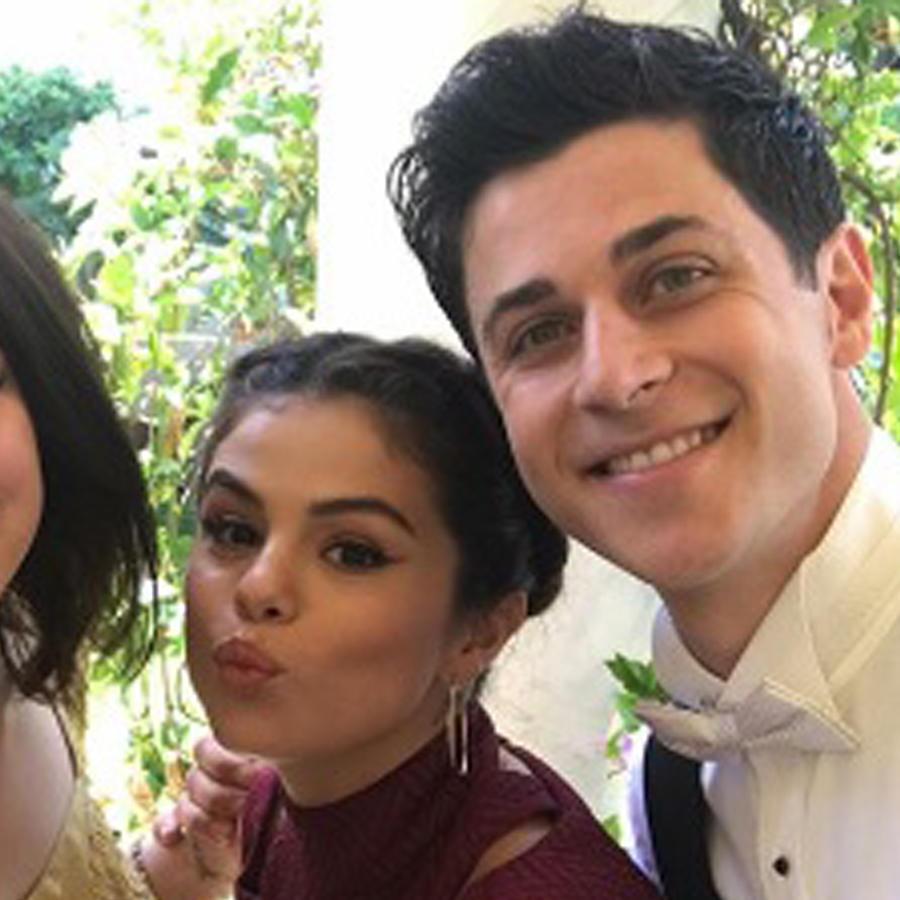 David DeLuise, Jennifer Stone y Selena Gomez con David Henrie en su boda