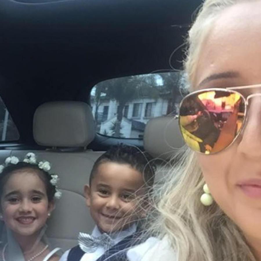 Sue Samad tomándose una selfie con su familia
