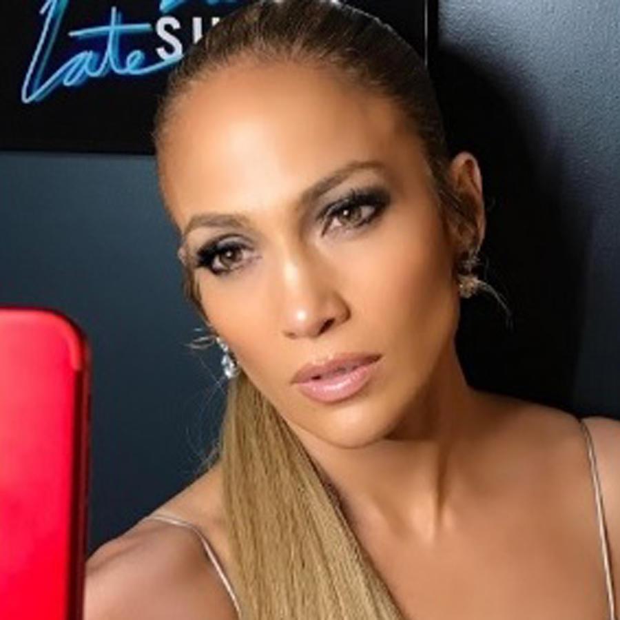 Jennifer Lopez tomándose una selfie