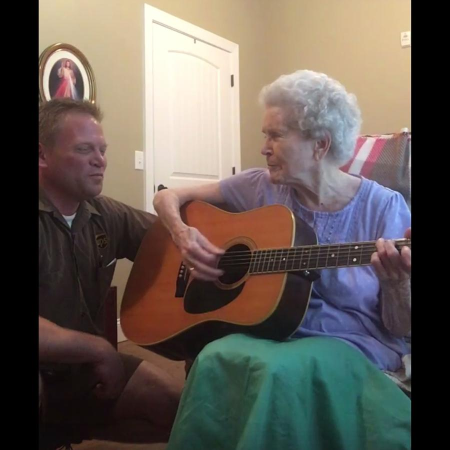 Kelly Ridings canta con su mamá