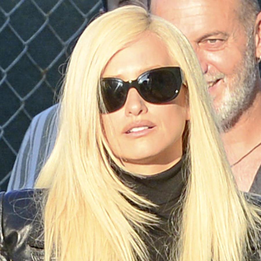 Penélope Cruz con cabello rubio y gafas de sol