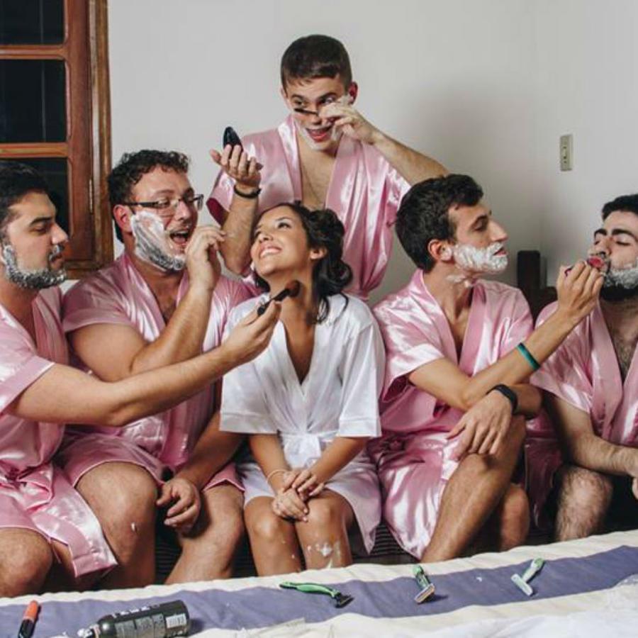 Foto novia y sus amigos en batas de baño satinadas