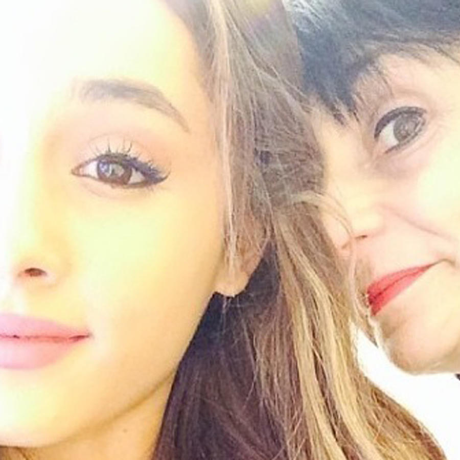 Ariana Grande y su mamá tomándose una selfie
