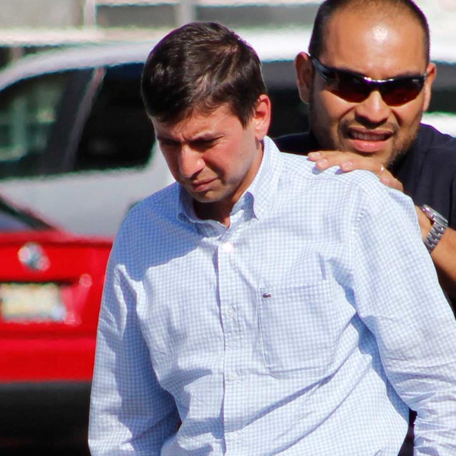 El ex secretario de Finanzas del Gobierno de Tabasco, México, José Manuel Saiz-Pineda, escoltado por la policía el 9 de junio del 2013