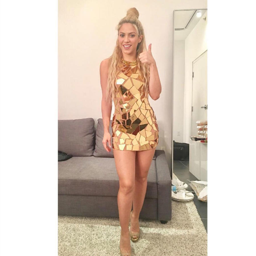 Shakira con minivestido dorado