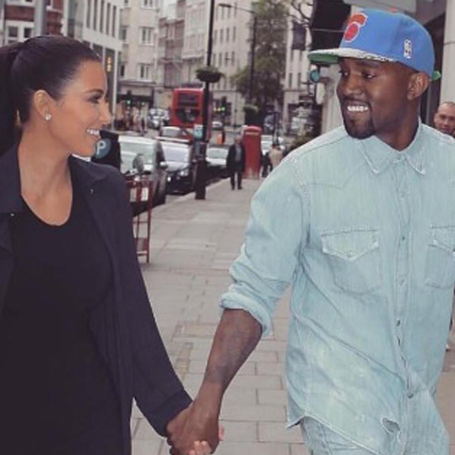 Kim Kardashian y Kanye West tomados de la mano