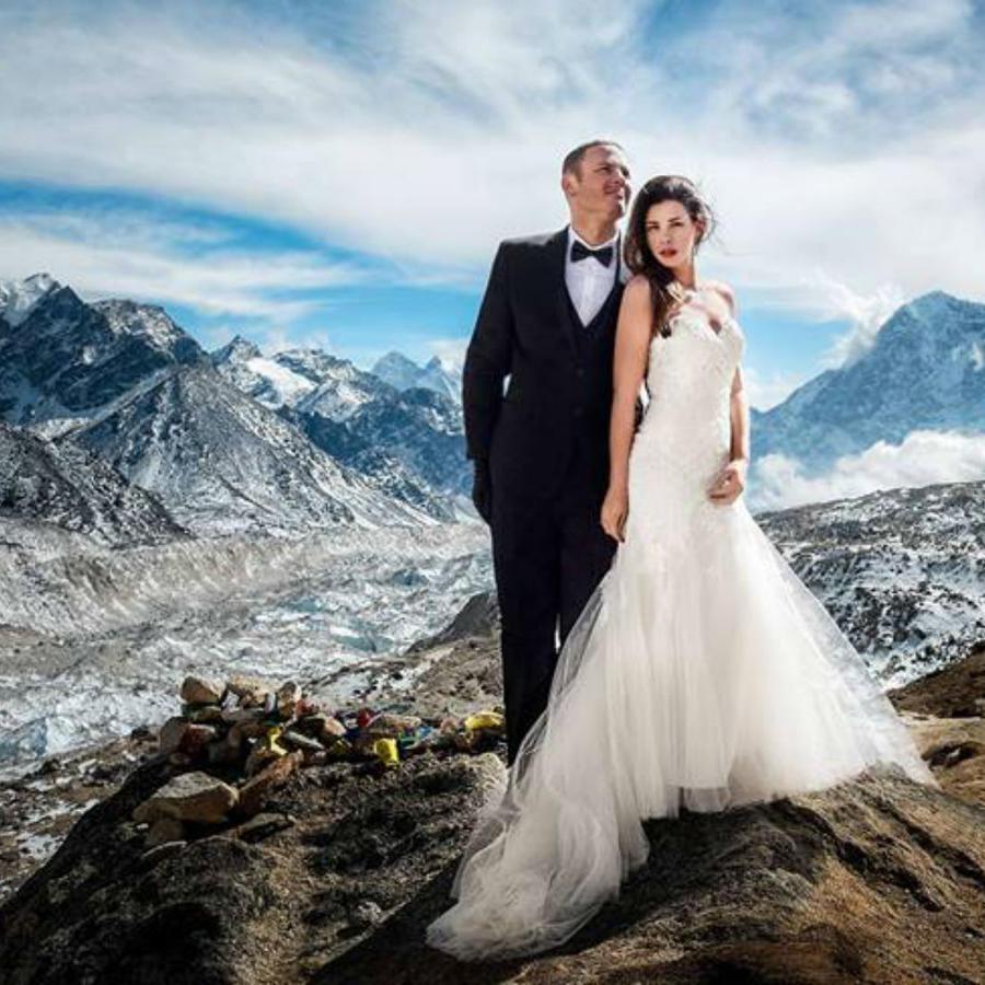 Pareja de Novios en el monte Everest