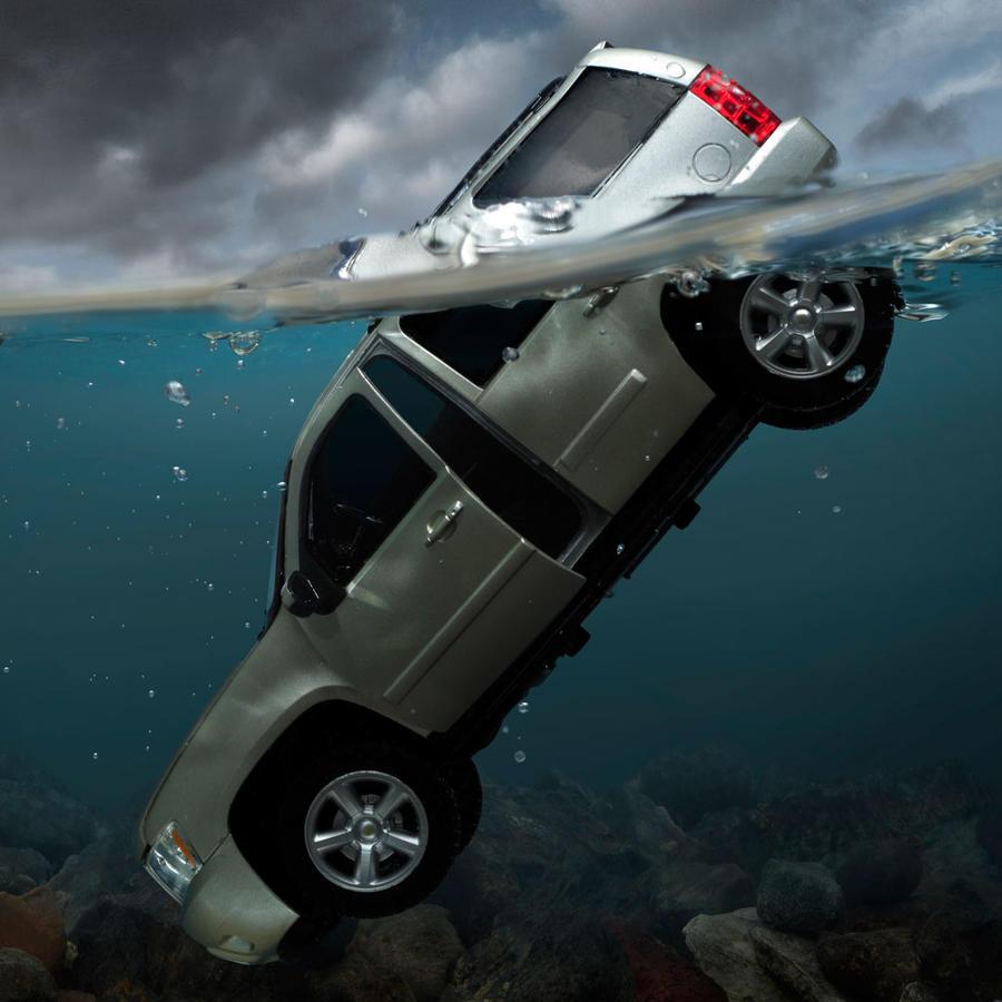 Carro en el agua