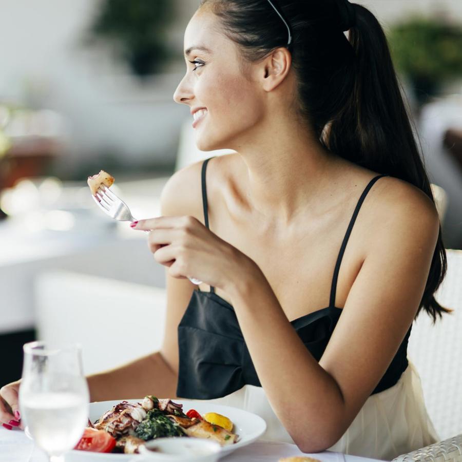 Mujer comiendo en un restaurante