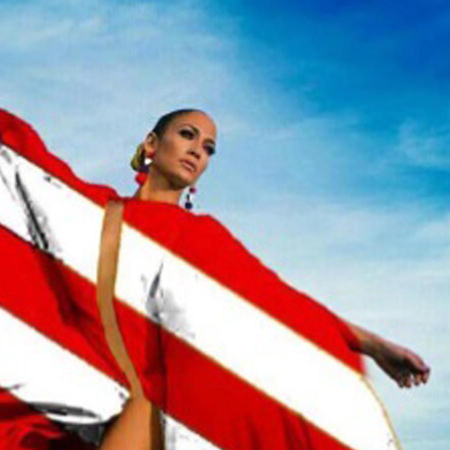 Jennifer Lopez envuelta en la bandera de Estados Unidos