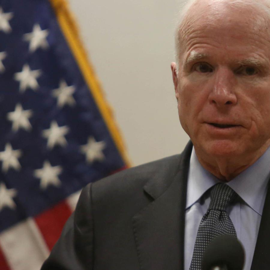 Senador John McCain en conferencia de prensa, Kabul 2017