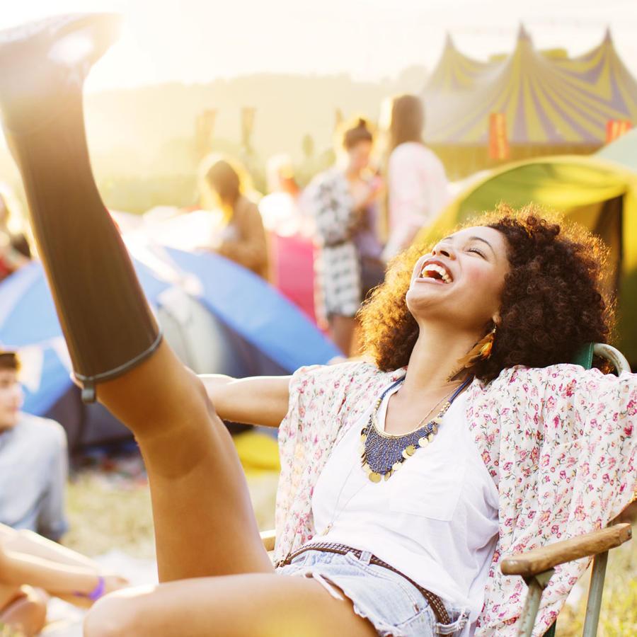 Mujer sonriendo en un campamento