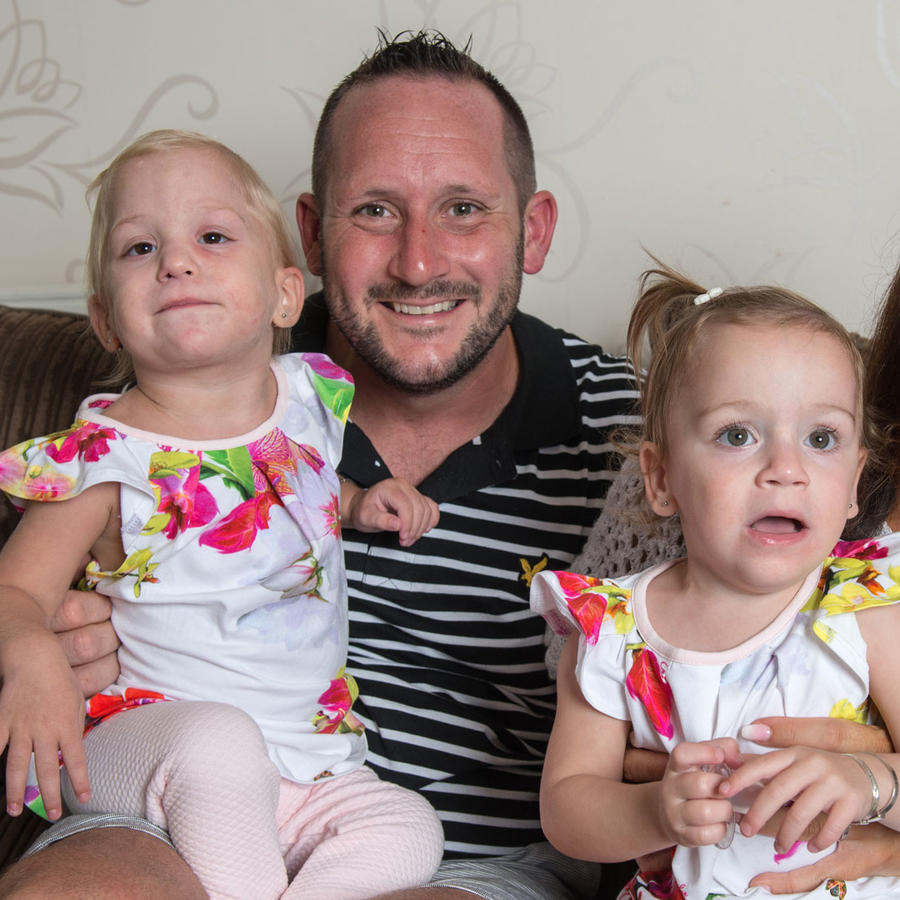 Andrew y Caroline Jones con sus gemelas