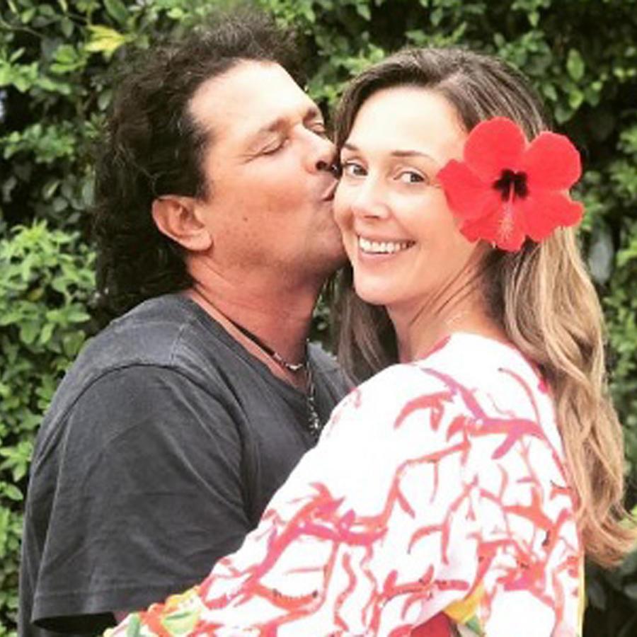Carlos Vives besando a su esposa Claudia