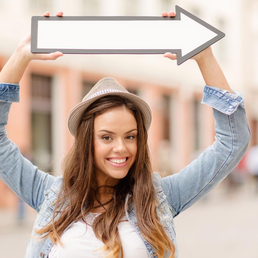 Mujer joven sosteniendo una flecha