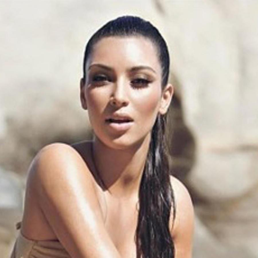Kim Kardashian posando en unas rocas