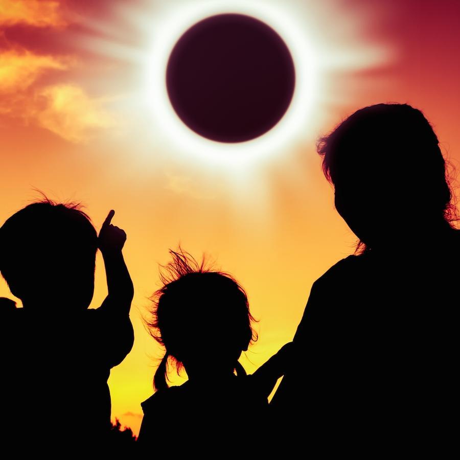 Familia observando eclipse solar