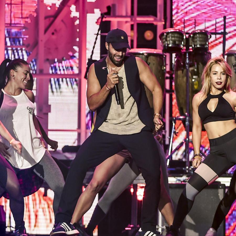 Jencarlos baila en los ensayos de Premios Tu Mundo 2017.