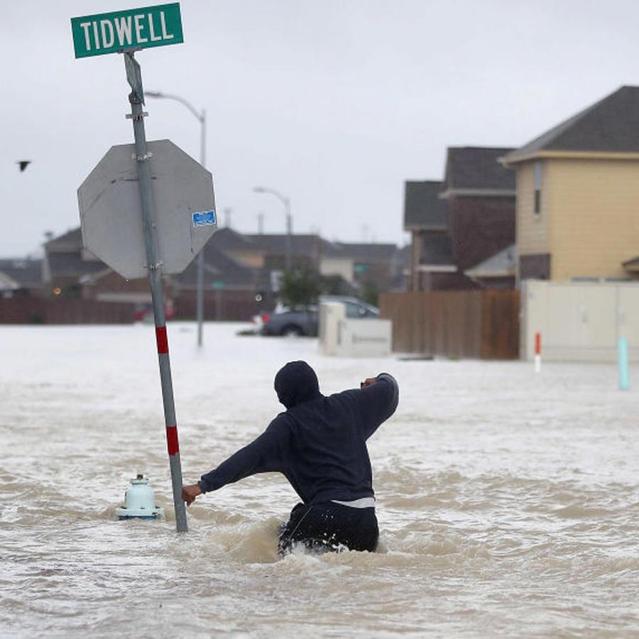 Los famosos llaman a donar dinero, ropa y comida para las víctimas del huracán Harvey